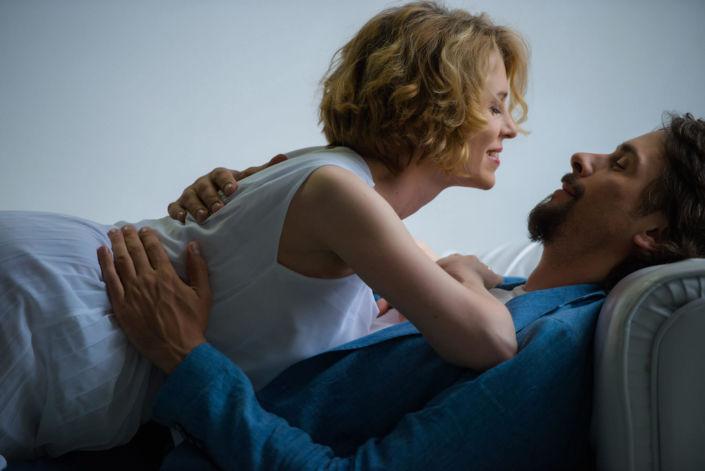 Love story фотосессия, в студии, пара на диване