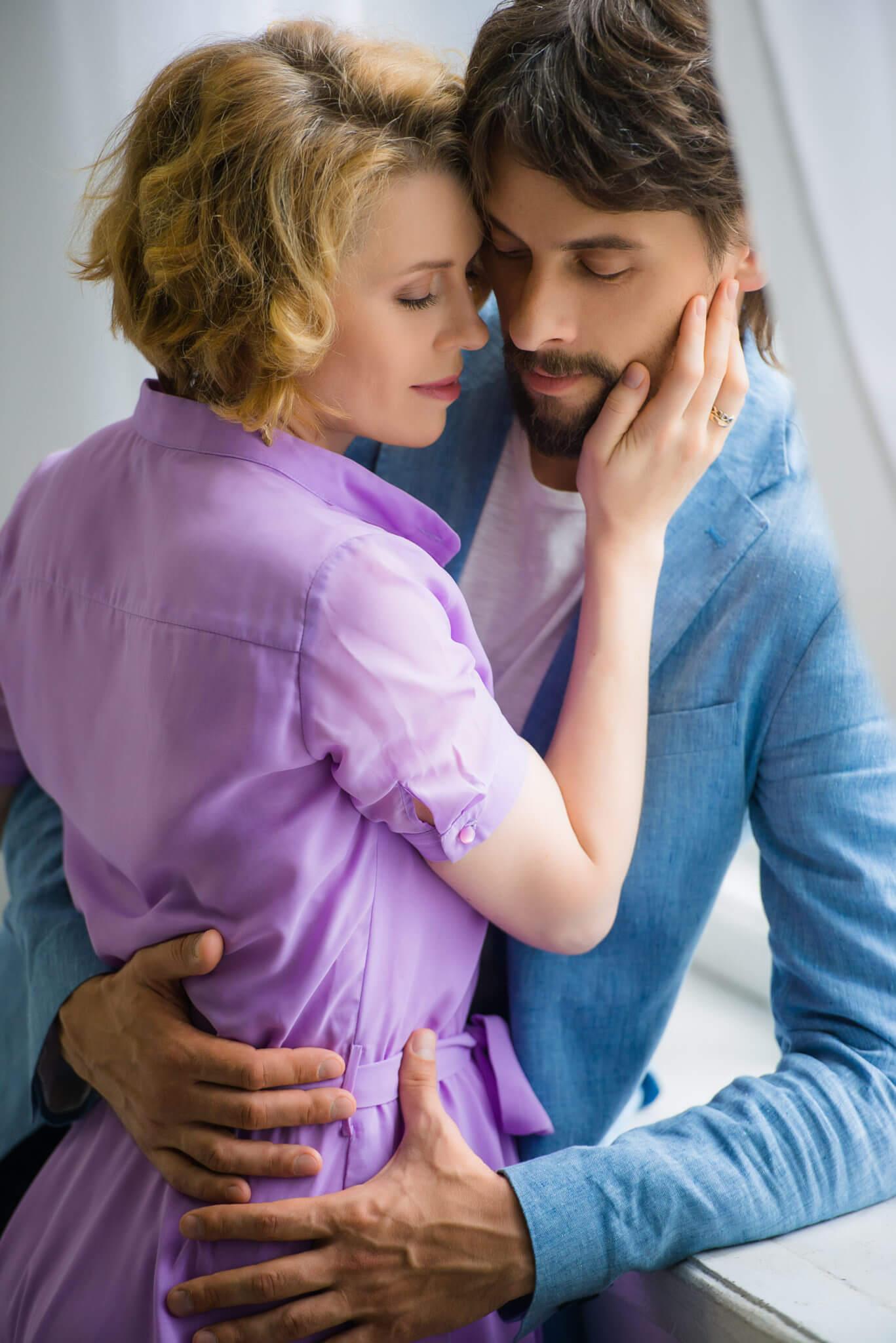 Фотосессия Love Story в студии, пара у окна