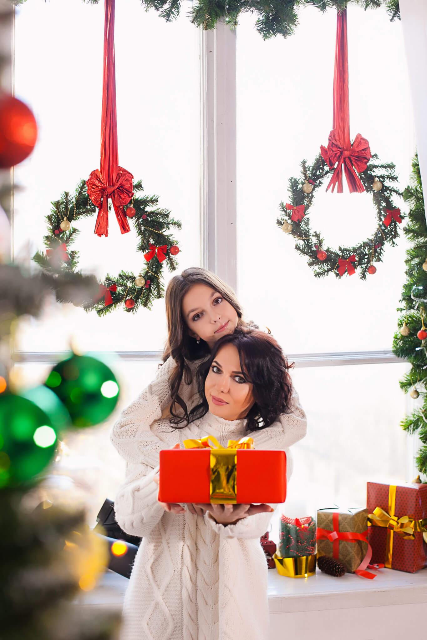 Новогодняя фотосессия, мама и дочь на фоне новогодних украшений