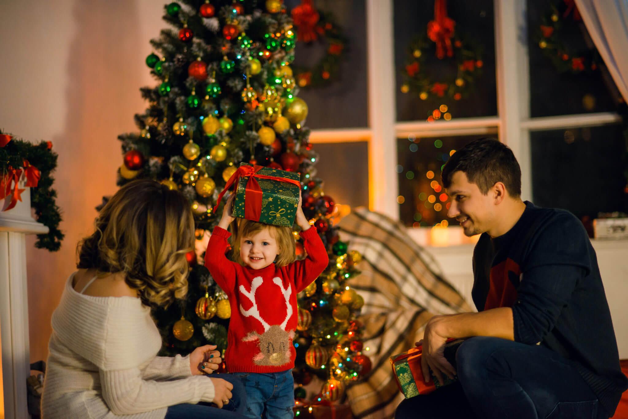 Новогодняя фотосессия, семья из трех человек на фоне елки