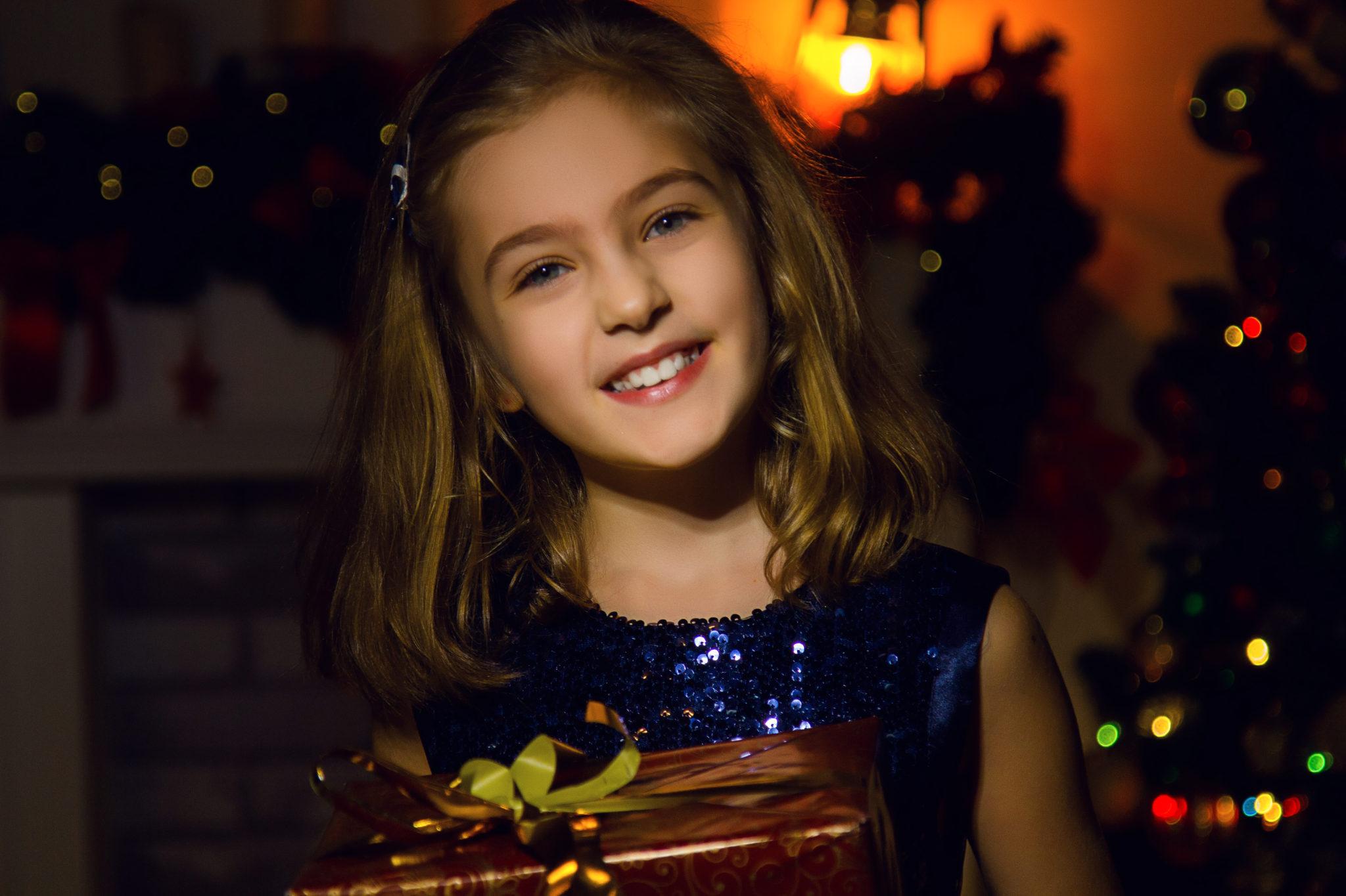 Новогодняя фотосессия, портрет ребенка на фоне новогодних украшений