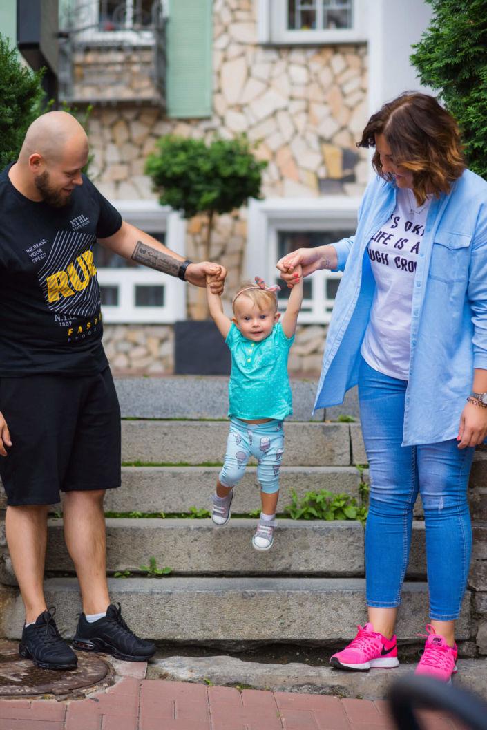 Семейная фотосессия, на природе, семья из трех человек в городе на фоне ступеней