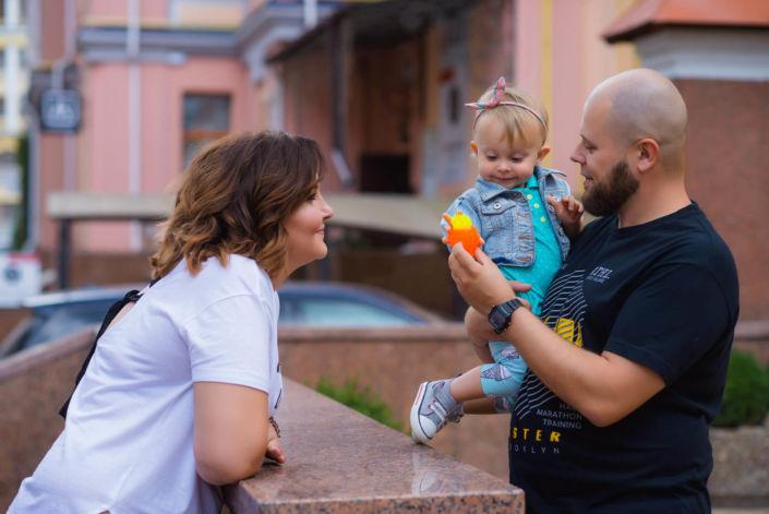 Семейная фотосессия, на природе, семья из трех человек в городе на прогулке