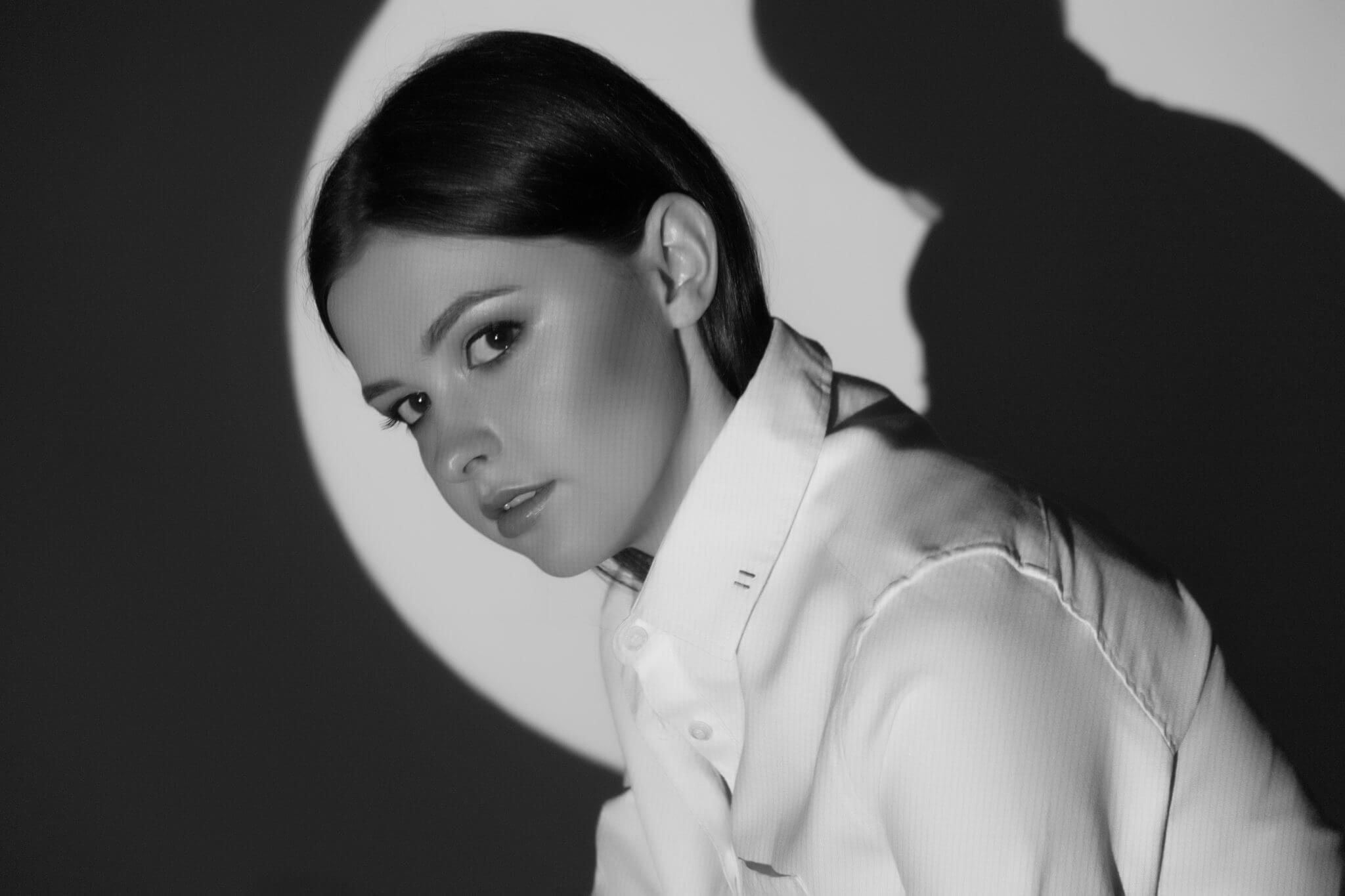 Съемка с проектором, портфолио, чб, девушка на белом фоне в белом круге