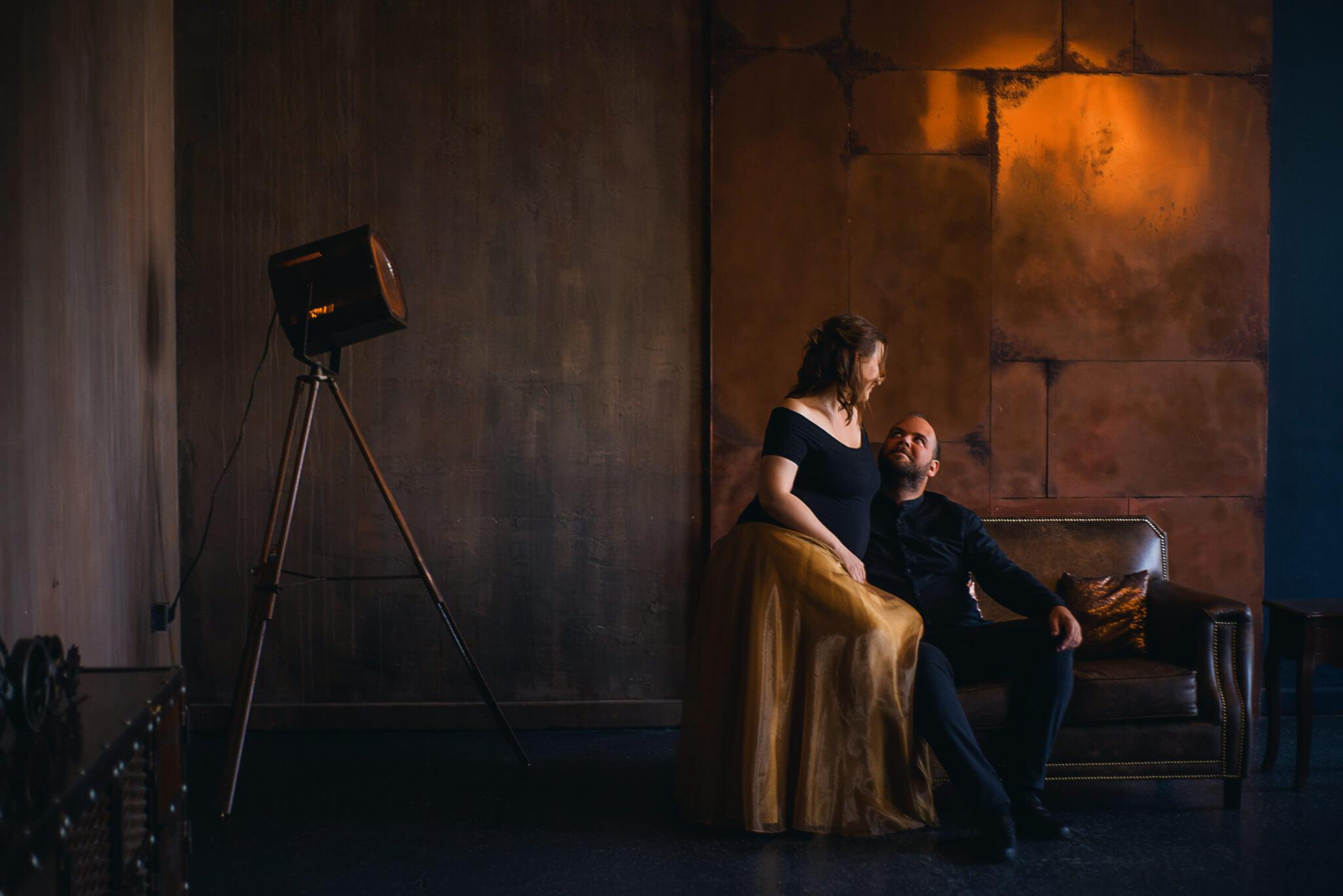 Одна из локаций зала Фактура, кожаное кресло, прожектор, стены в коричневых тонах