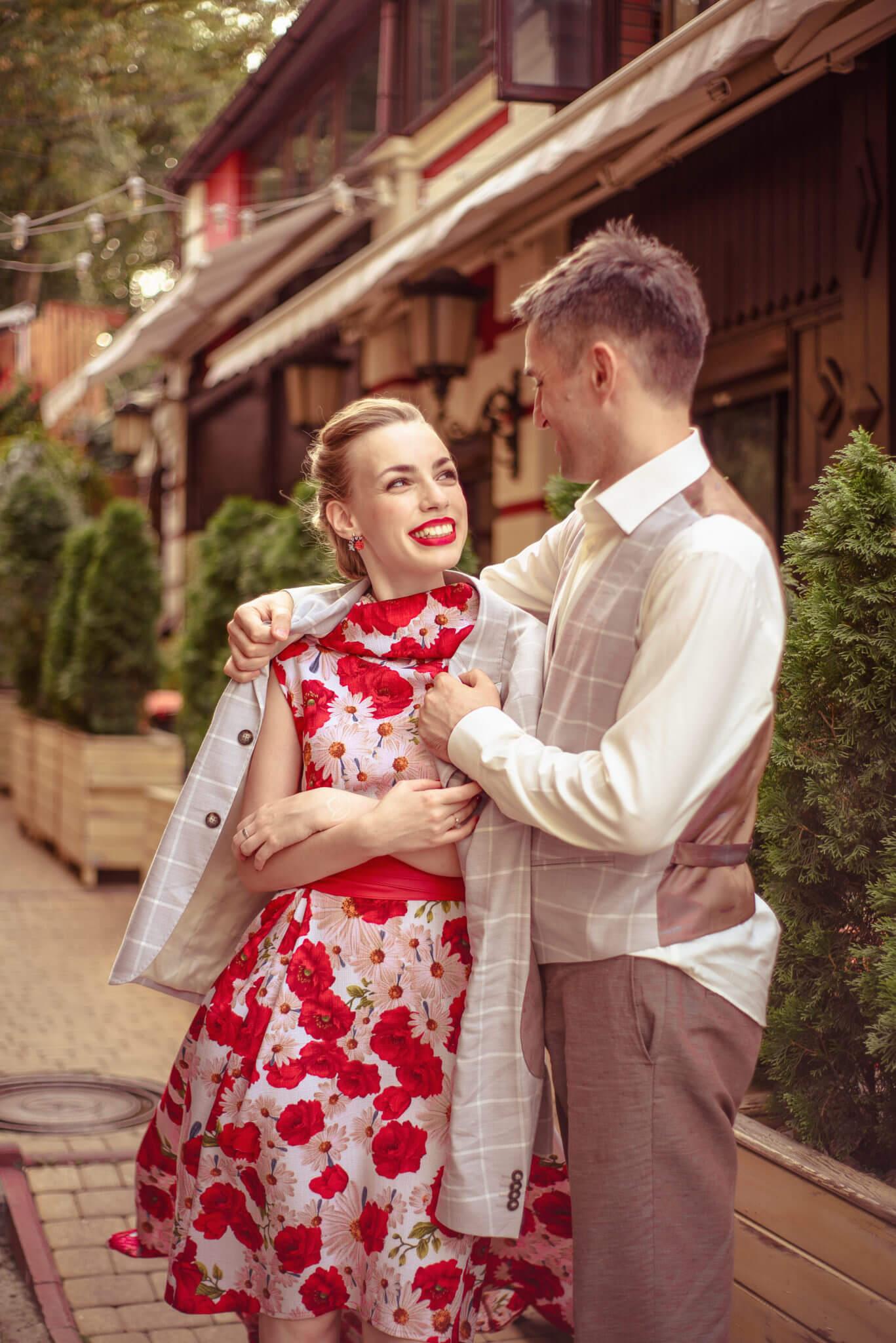 Love story фотосессия на природе, прогулка по городу, Воздвиженка, мужчины одевает на девушку пиджак, ph Постникова Алиса