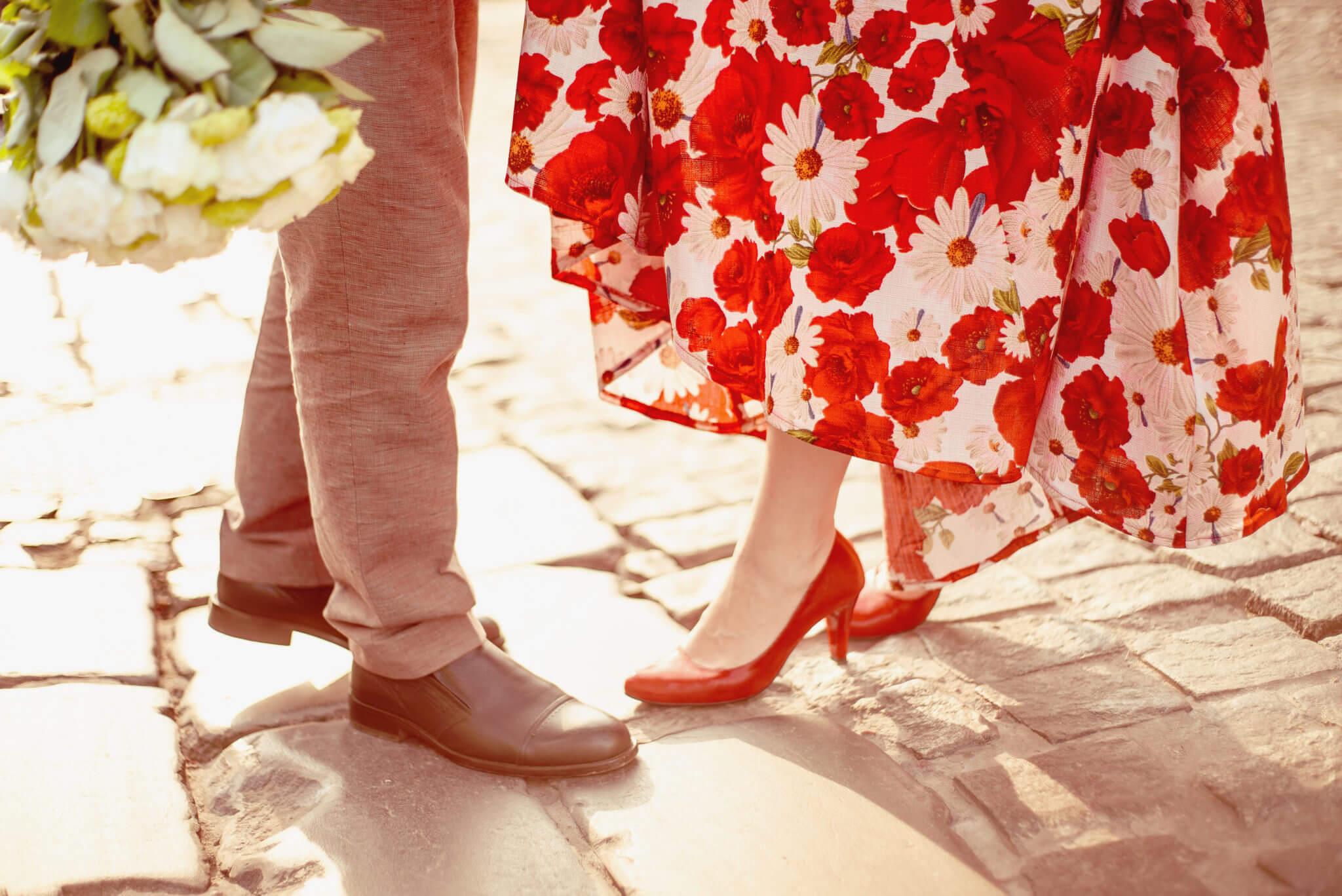 Love Story на природе, прогулка по городу, Воздвиженка, закат, в кадре мужские и женские ноги на брусчатке, ph Постникова Алиса