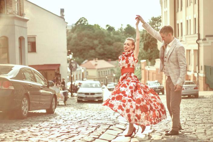 Love story фотосессия, на природе, прогулка по городу, Андреевский спуск, закат, пара кружится в танце, ph Постникова Алиса