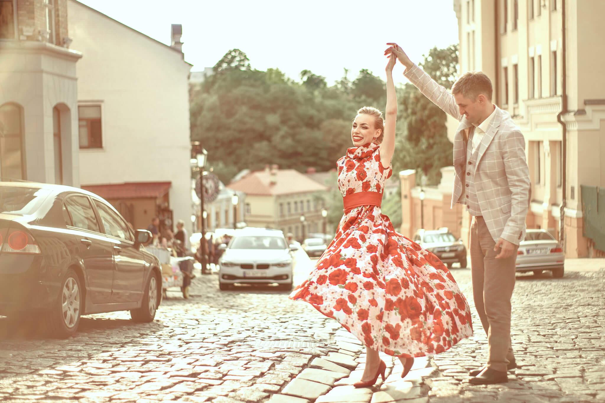Love story фотосессия на природе, прогулка по городу, Андреевский спуск, закат, пара кружится в танце, ph Постникова Алиса