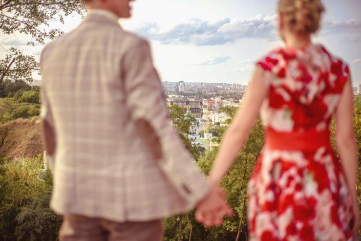 Love story фотосессия, на природе, прогулка по городу, Андреевский спуск, пара взявшись за руки смотрит на Киев, ph Постникова Алиса