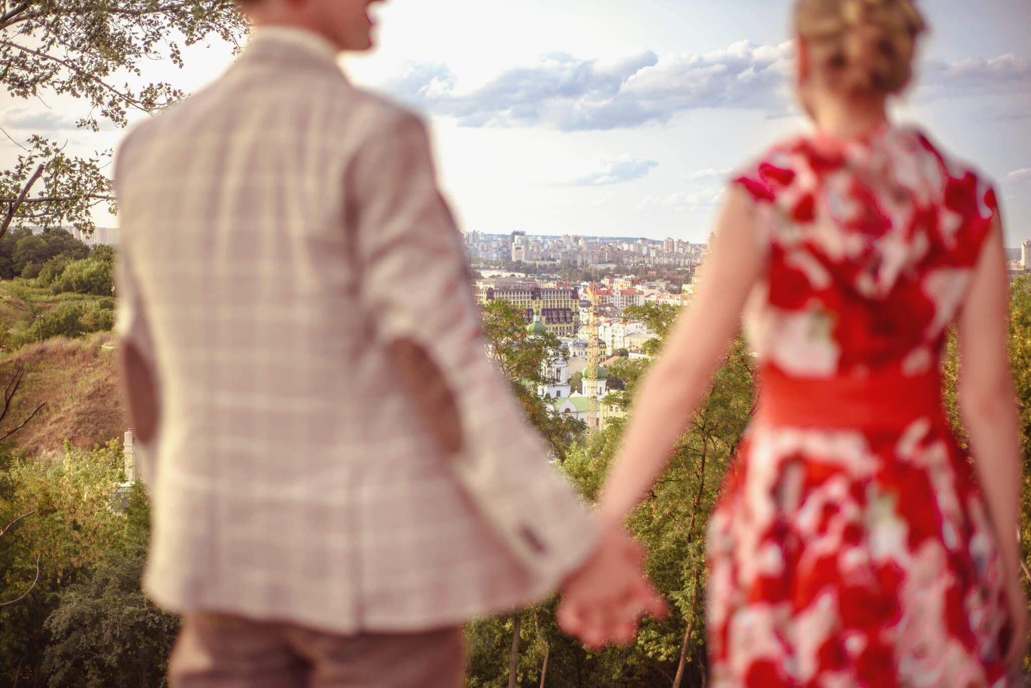 Love Story на природе, прогулка по городу, Андреевский спуск, пара взявшись за руки смотрит на Киев, ph Постникова Алиса