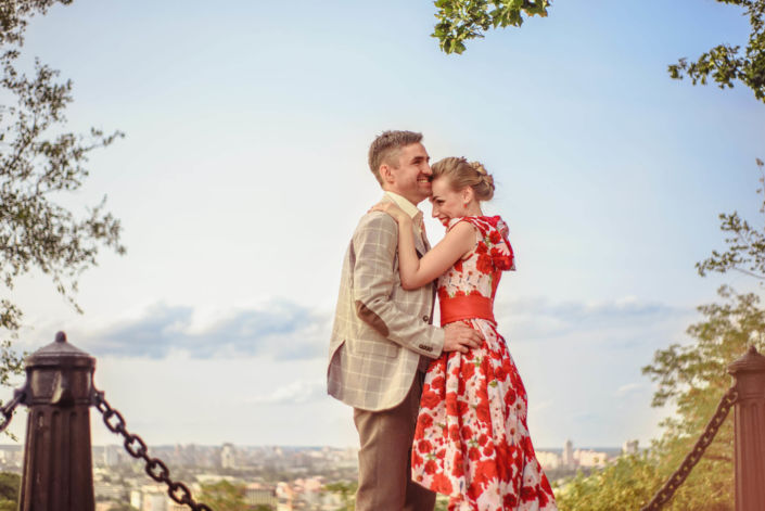 Love story фотосессия, на природе, прогулка по городу, Андреевский спуск, закат, пара обнимается на фоне вида на Киев, ph Постникова Алиса
