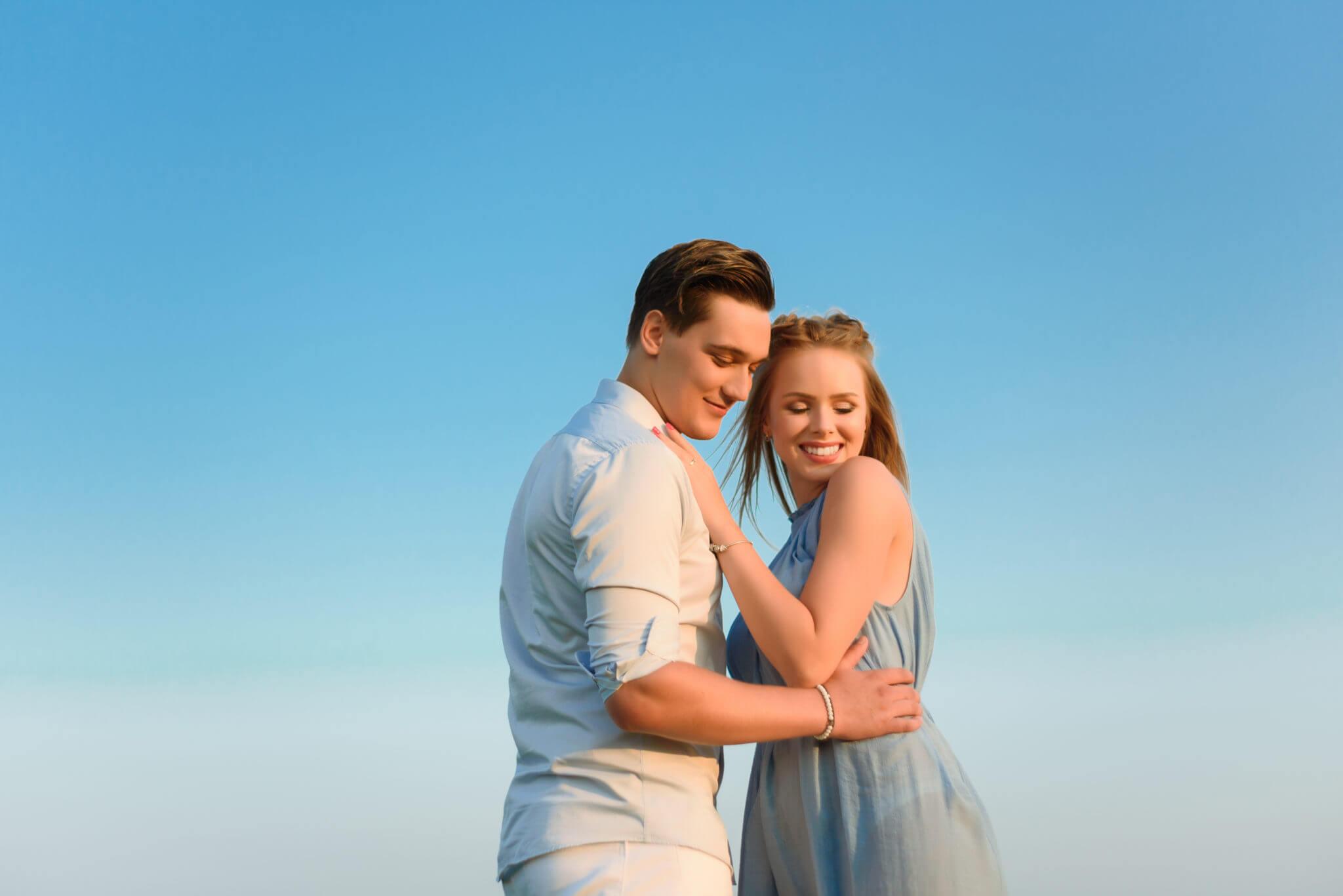 Love story фотосессия на природе, локация Родина Мать, пара обнимается на фоне неба, ph Постникова Алиса