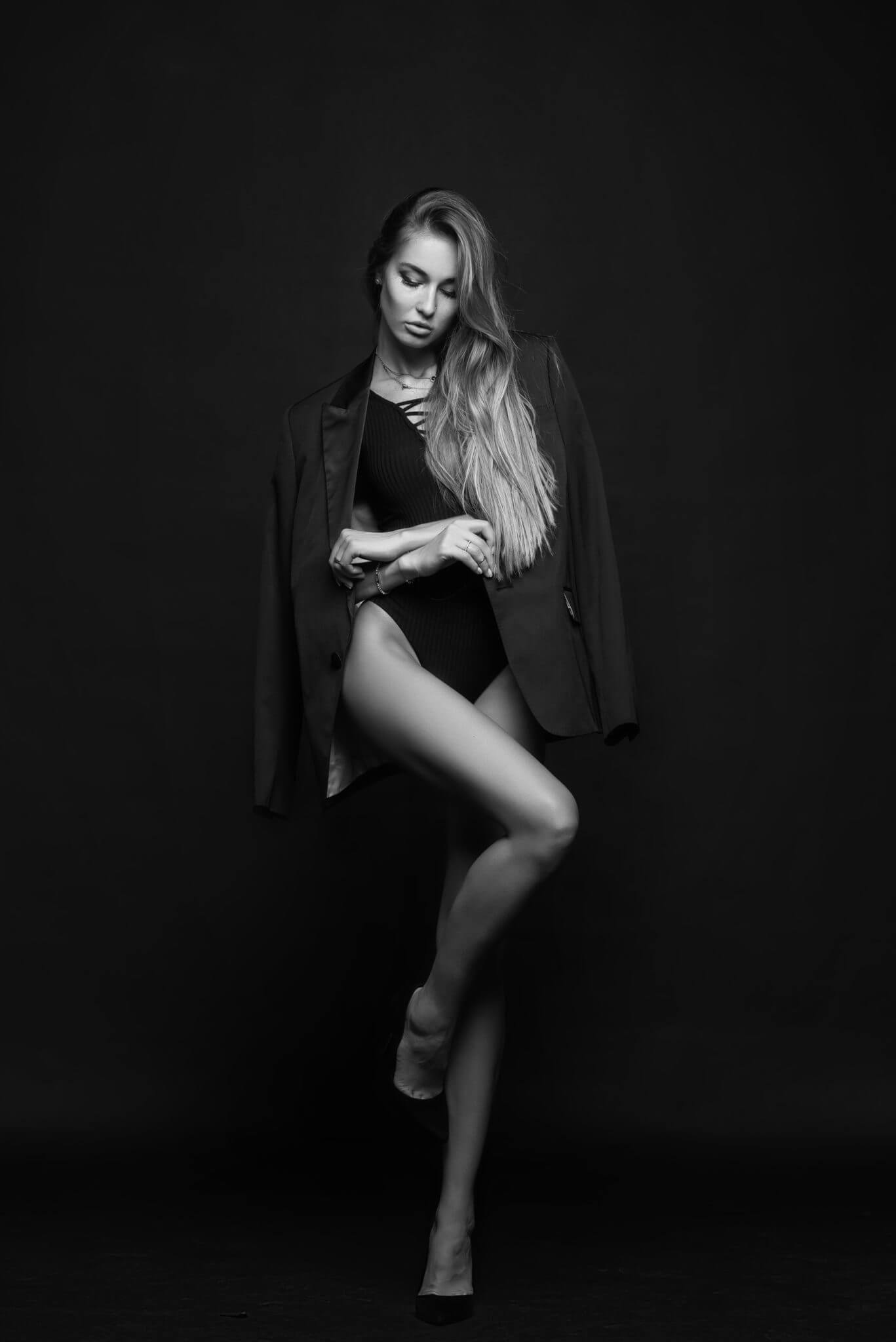Модельные тесты, чб фото, девушка в купальнике и пиджаке на стуле на черном фоне