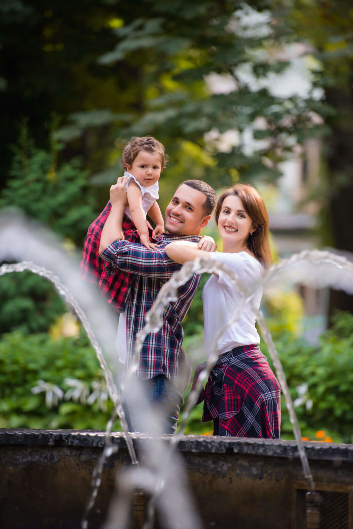 Семейная фотосессия, на природе, на природе, семья из трех человек на фоне фонтана