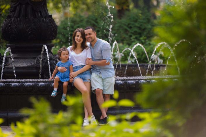 Семейная фотосессия, на природе, семья из трех человек на фоне фонтана