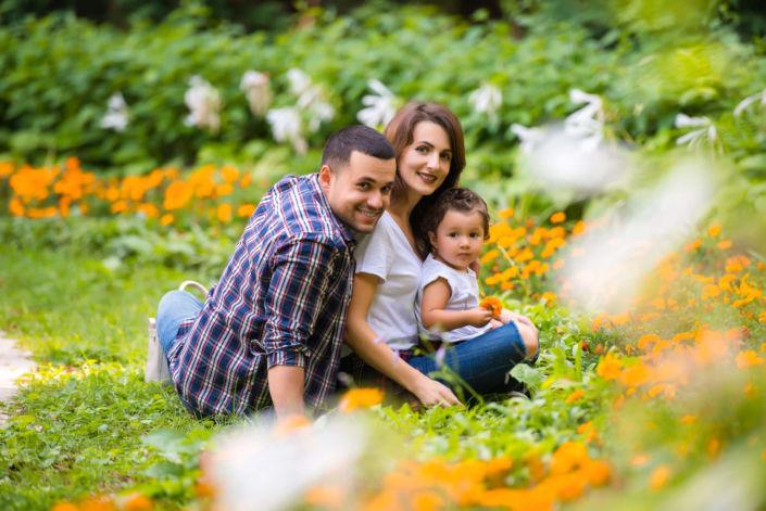 Семейная фотосессия, на природе, семья из трех человек в парке на фоне зелени