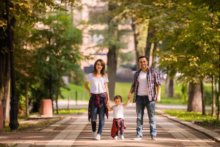 Семейная фотосессия, на природе, семья из трех человек в парке