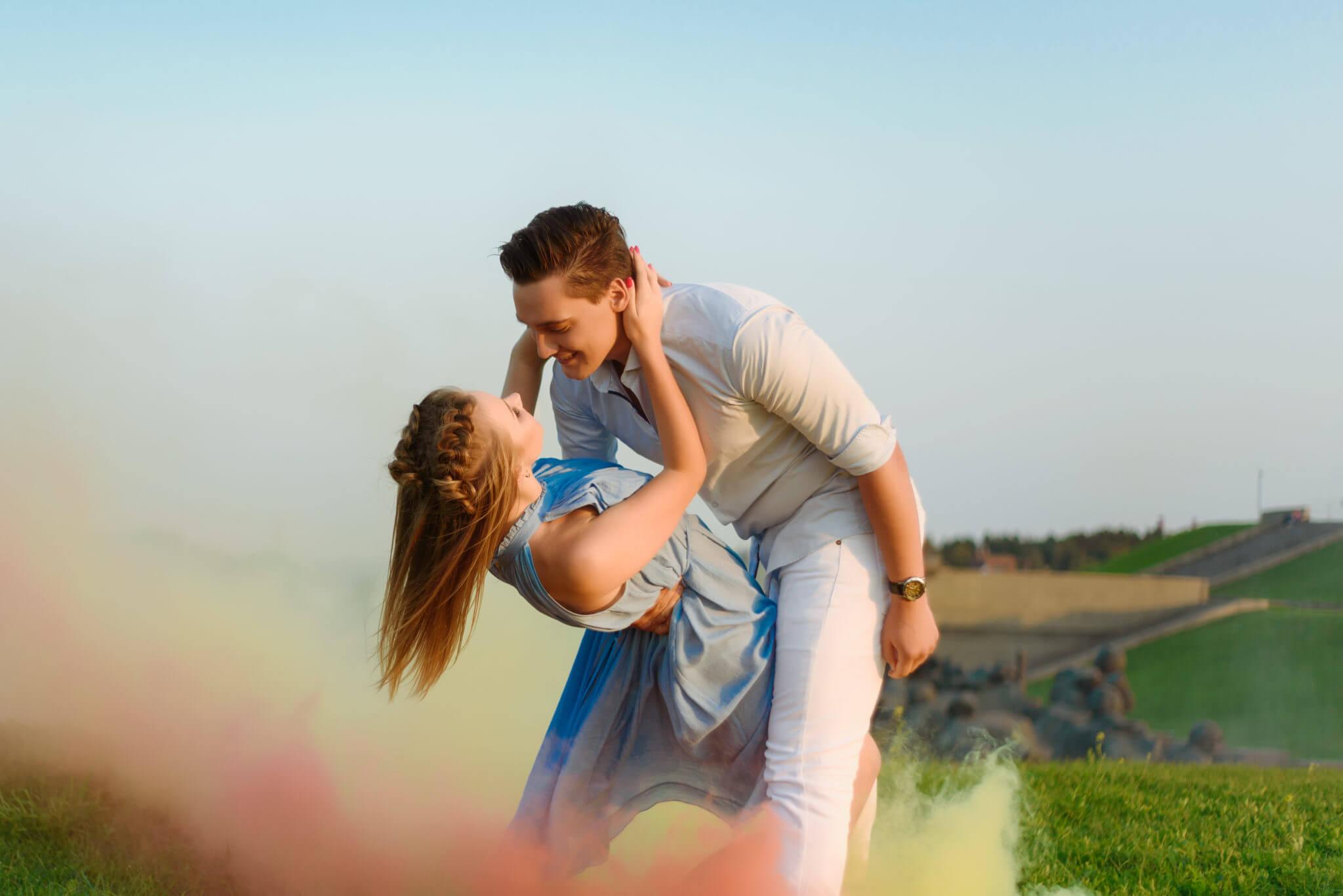 Фотосессия с дымовыми шашками, ph Постникова, Love Story, локация Родина-Мать, зеленый и красный дымы