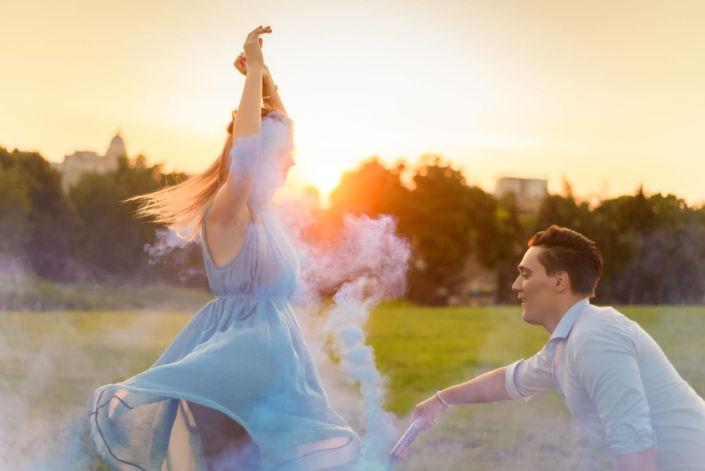 Фотосессия с дымовыми шашками, ph Постникова, Love Story, локация Родина-Мать, закат, синий дым