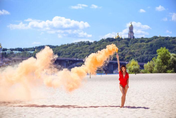Фотосессия с дымовыми шашками, ph Постникова, модель в красном купальнике, Труханов остров, оранжевый дым, вид на церковь