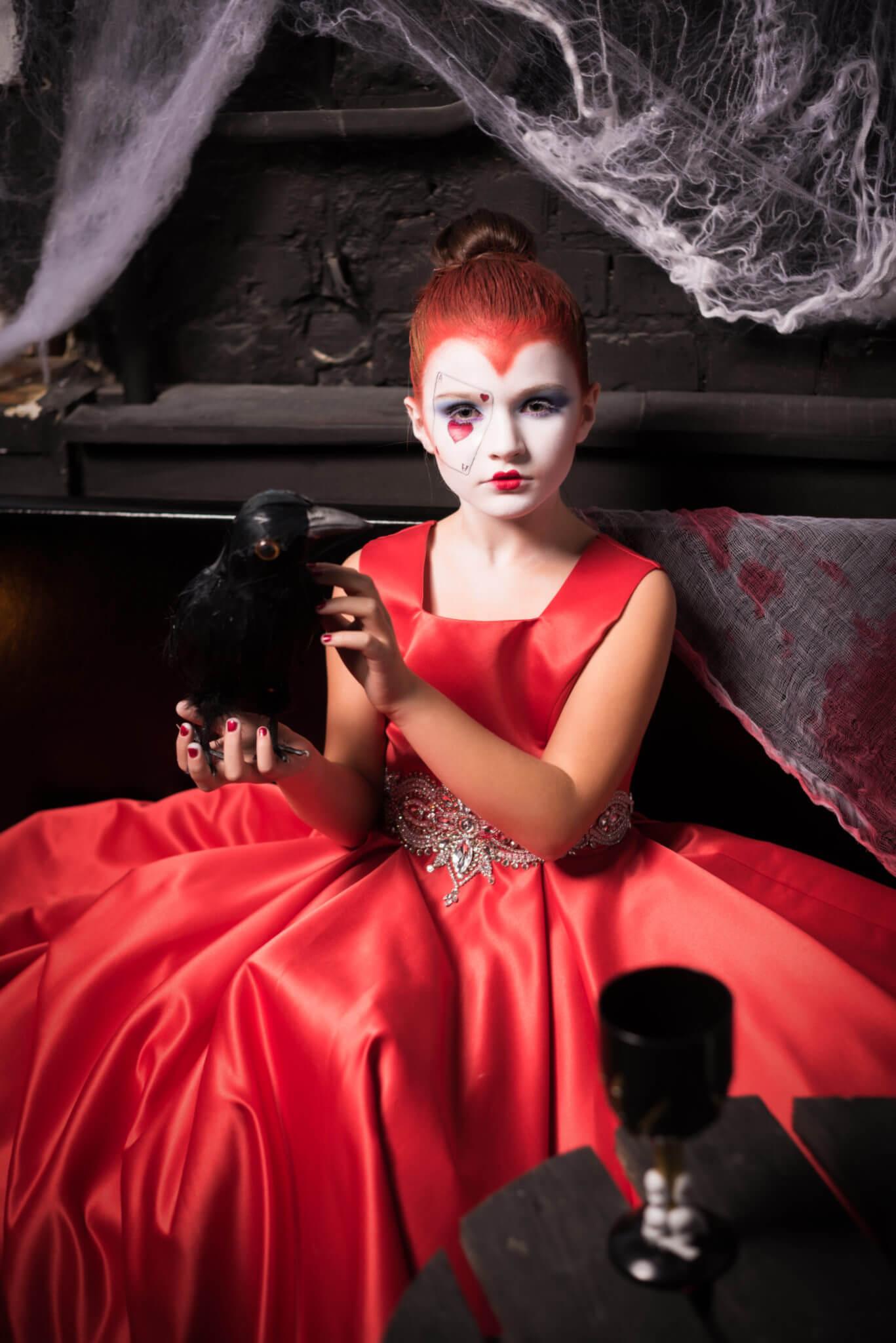 Фотосессия на Хэллоуин, ph Постникова Алиса, девочка в красном платье с вороной в руках