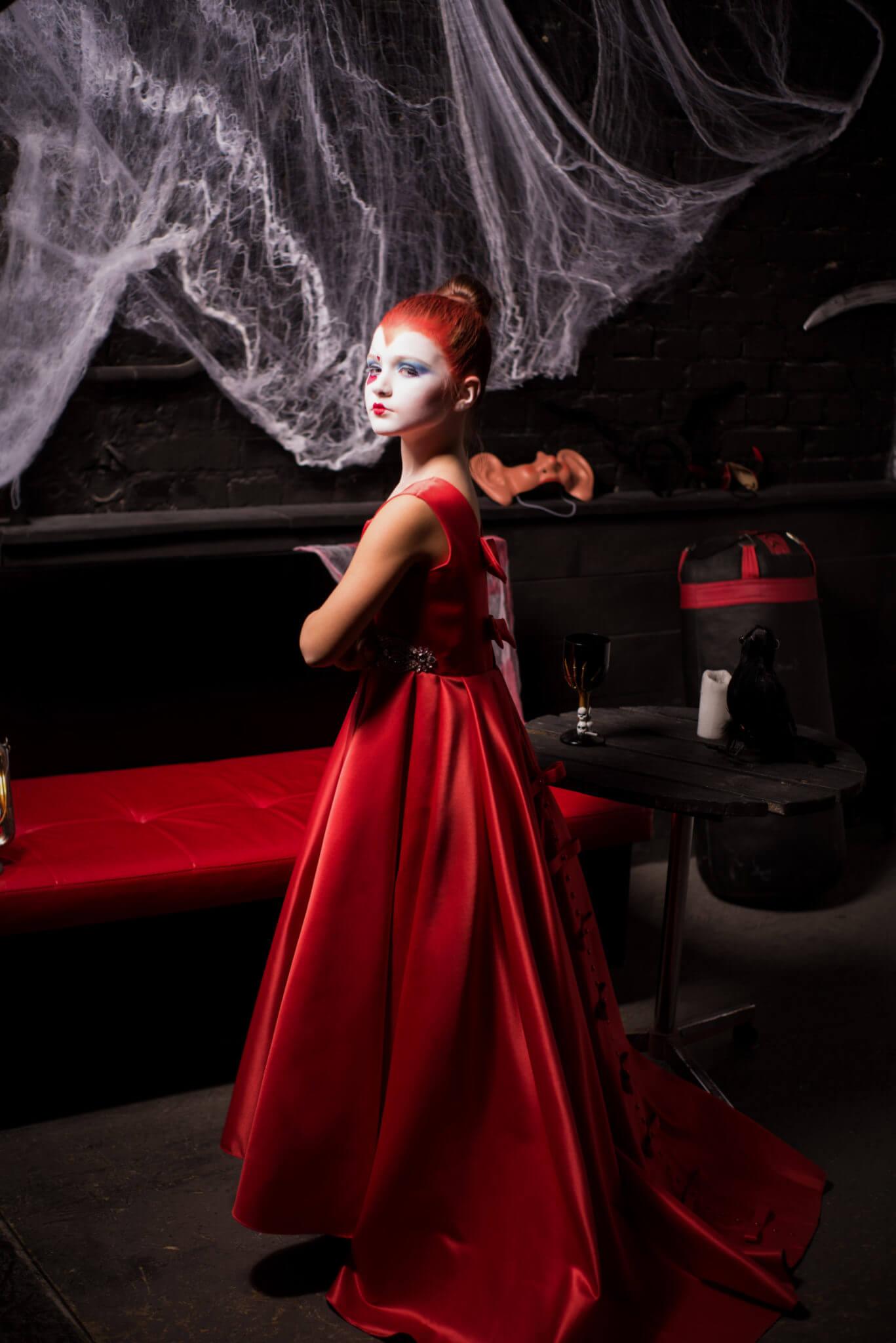 Фотосессия на Хэллоуин, ph Постникова Алиса, девочка в красном платье на фоне черной стены и паутины