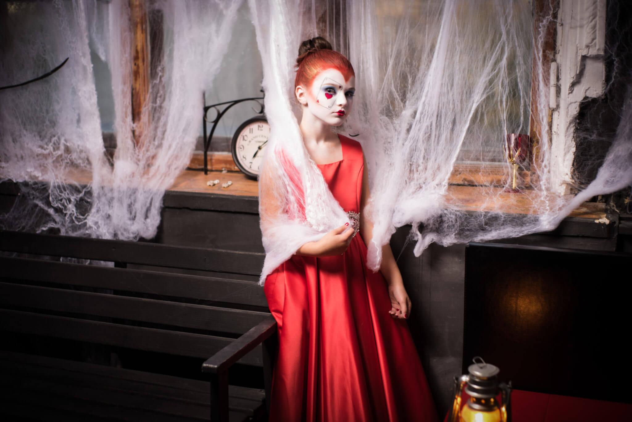Фотосессия на Хэллоуин, ph Постникова Алиса, девочка в красном платье на фоне окна и паутины