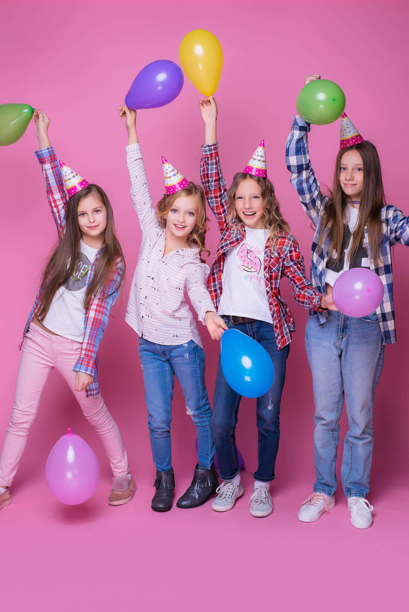 Девичник в студии, фотограф Алиса Постникова. 4 девочки на розовом фоне с шариками
