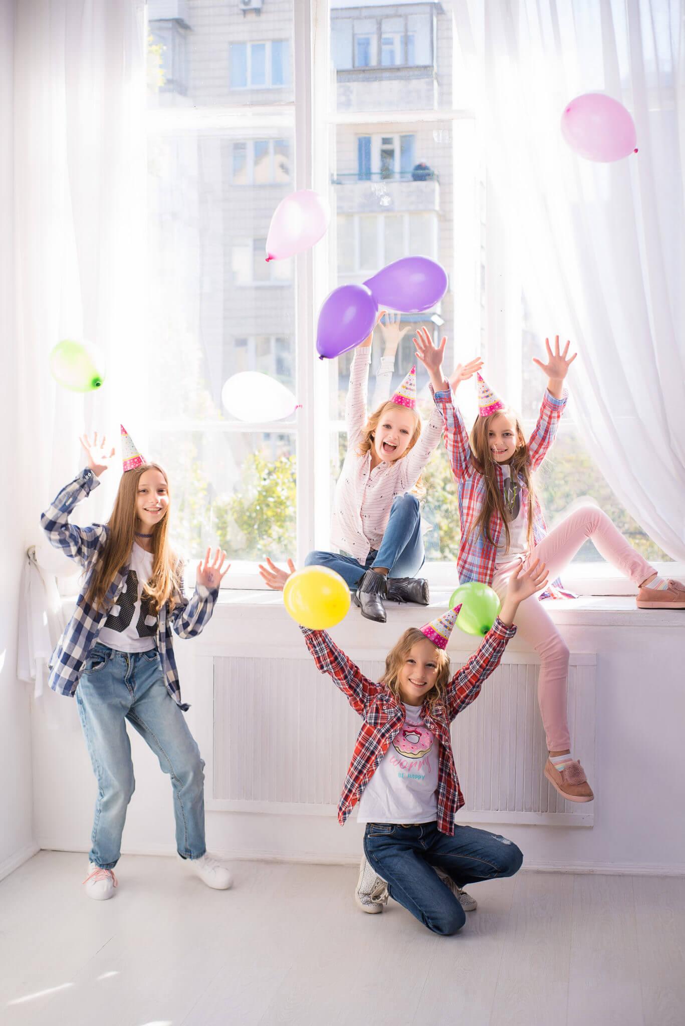 Девичник в студии, фотограф Алиса Постникова. 4 девочки на фоне окна, в руках и над головами шарики