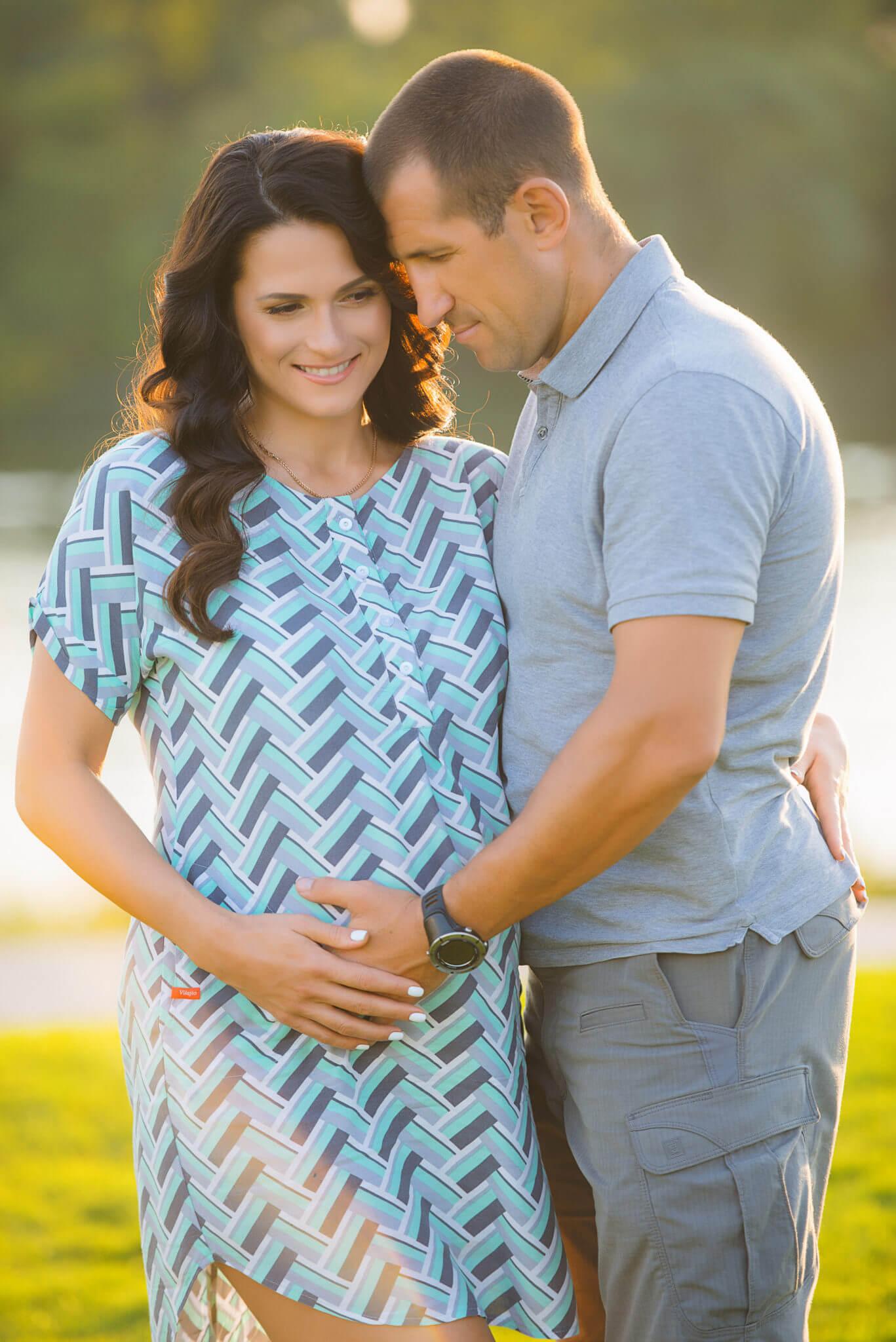 Фотосессия беременных на природе, портфолио, фото Черкасов, семейная пара на фоне реки