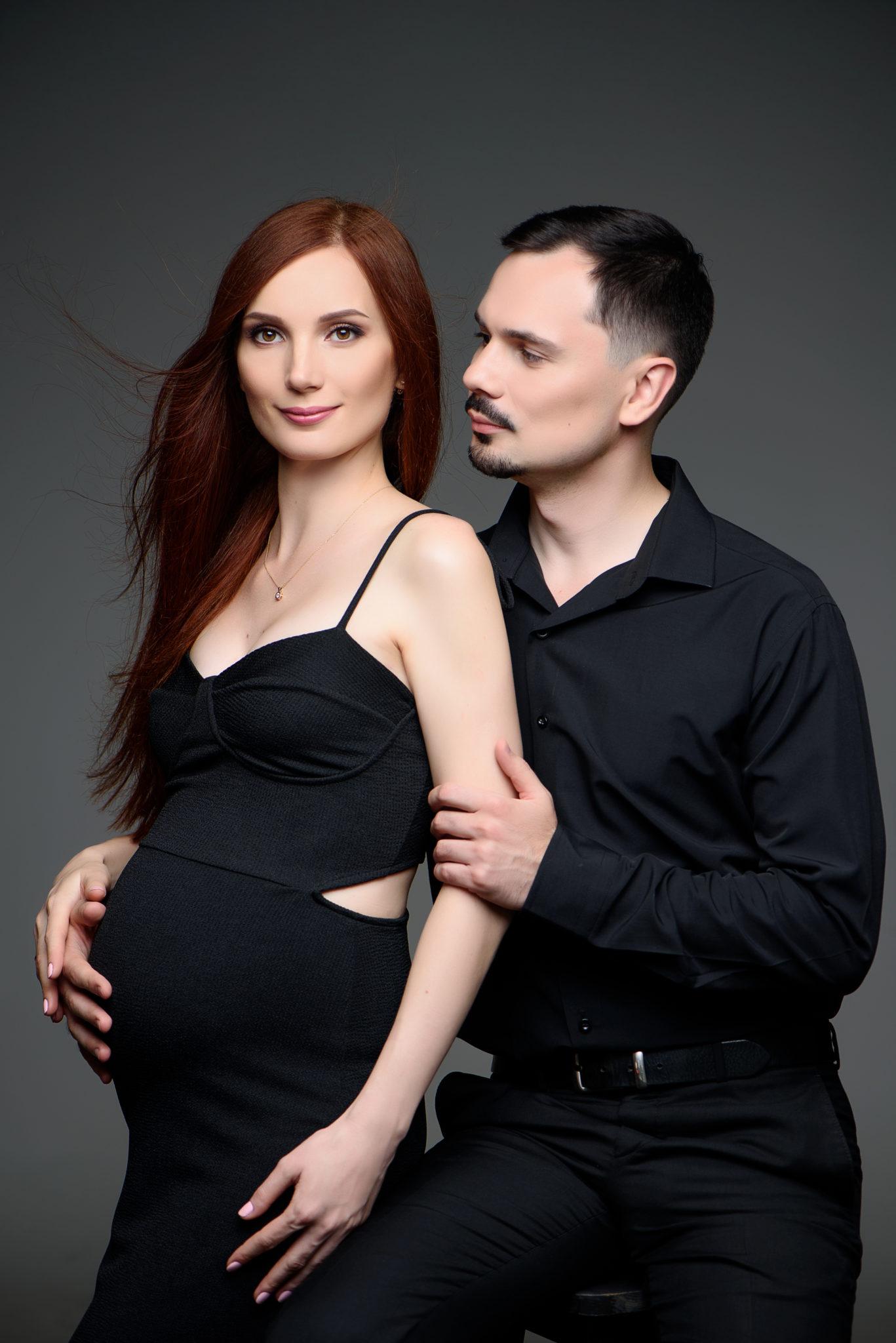 Портфолио фотосессии беременности в студии, пара на сером фоне