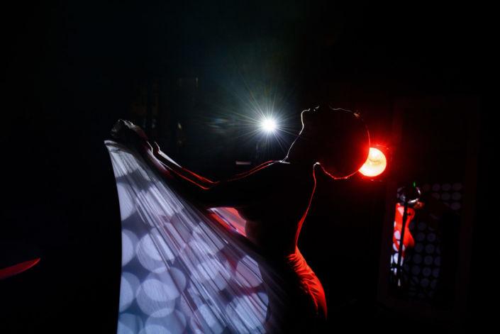 Эротическая фотосессия, фотограф Алиса Постниковой, модель Валерия Ионеску, замотанная в белую ткань на фоне прожектора