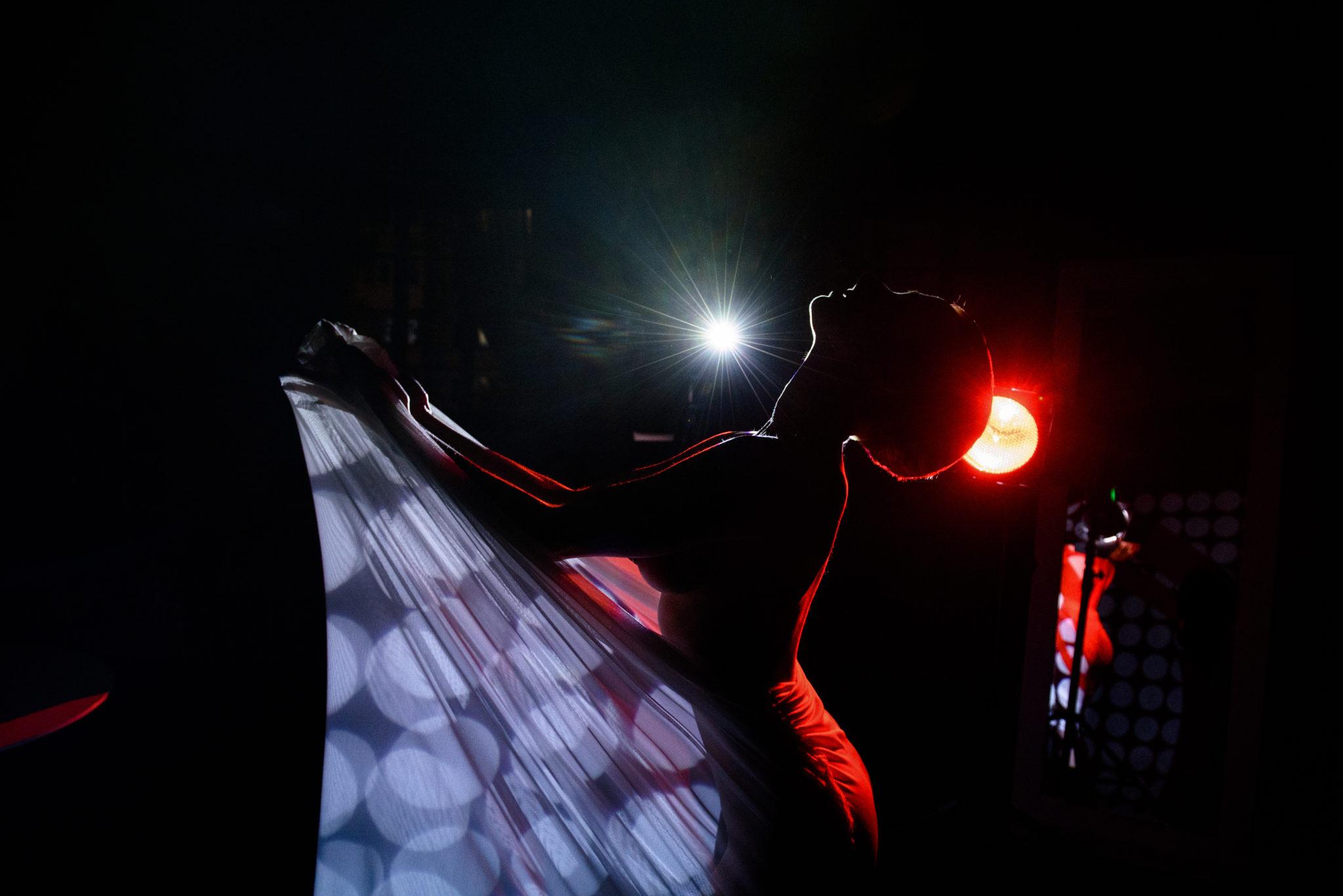 Портфолио ню фотосессии, фотограф Алиса Постниковой, модель Валерия Ионеску, замотанная в белую ткань на фоне прожектора