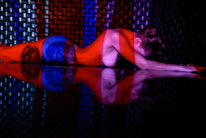 Эротическая фотосессия, фотограф Алиса Постниковой, модель Валерия Ионеску, обнаженная на зеркальном полу, проектор, цветное фото