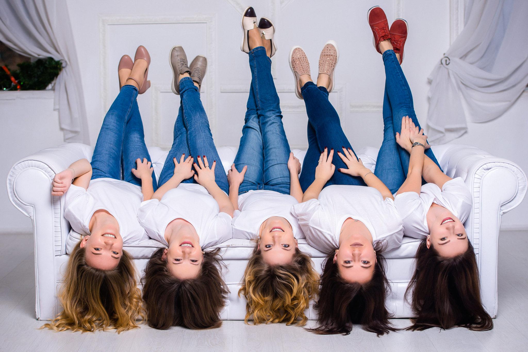 Девичник в студии, 5 девушек на диване в белых футболках и синих джинсах