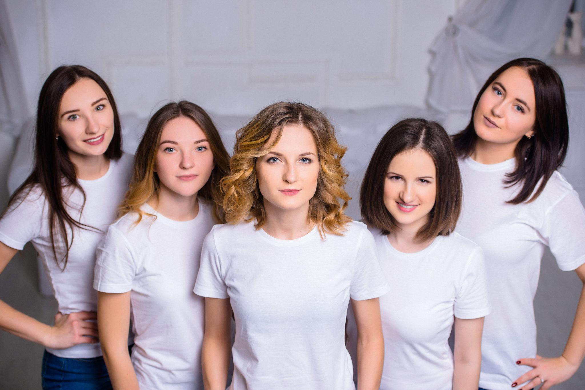 Девичник в студии, 5 девушек на белом фоне в белых футболках