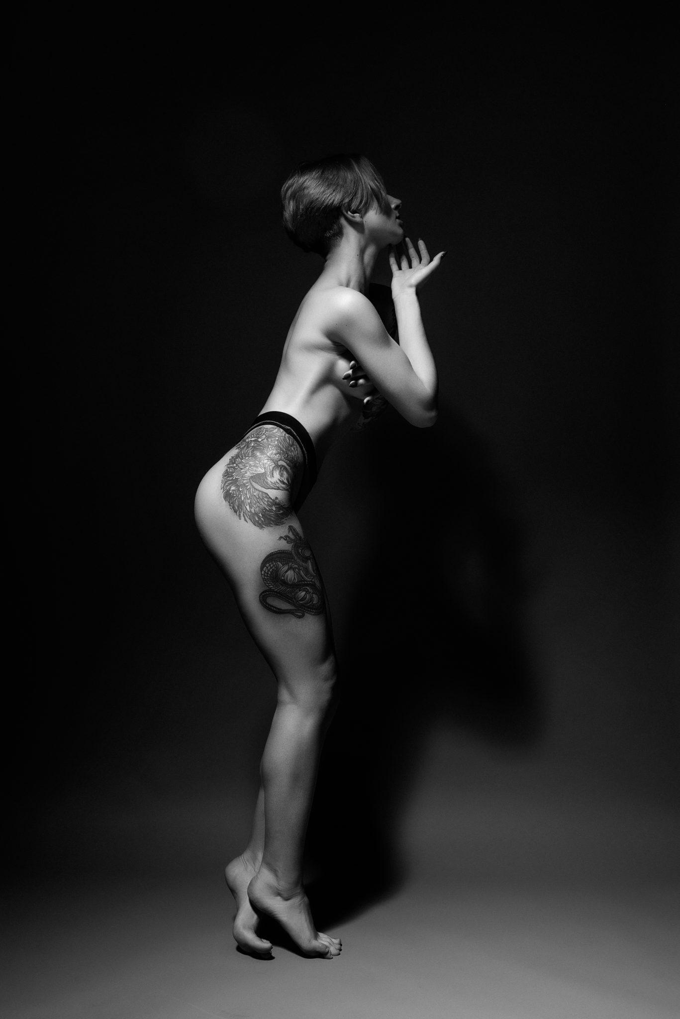 Портфолио ню фотосессии, фотограф Алиса Постниковой, модель Валерия Ионеску, в белье на черном фоне, чб фото