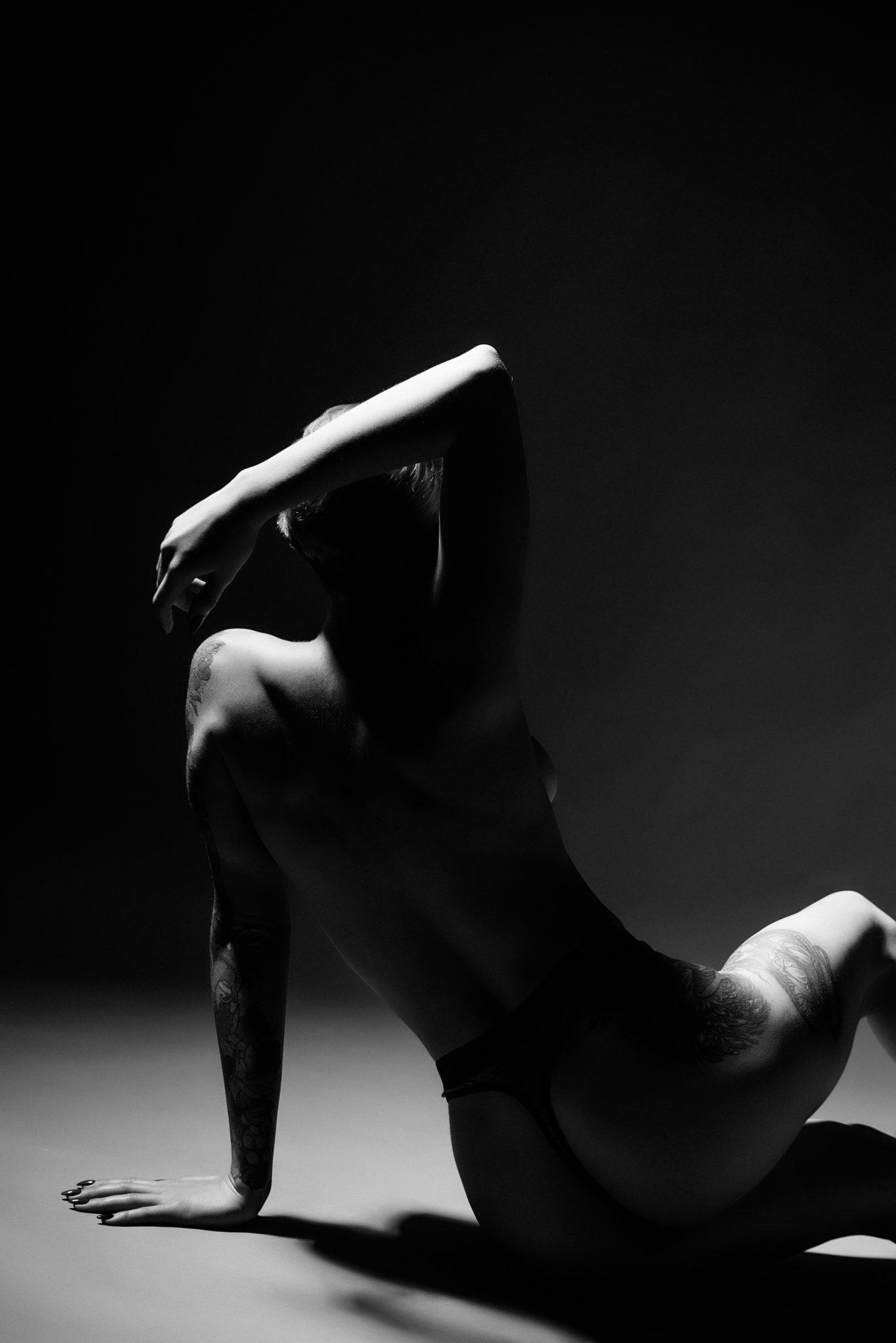 Портфолио ню фотосессии, фотограф Алиса Постниковой, модель Валерия Ионеску, сидит спиной к камере, чб фото