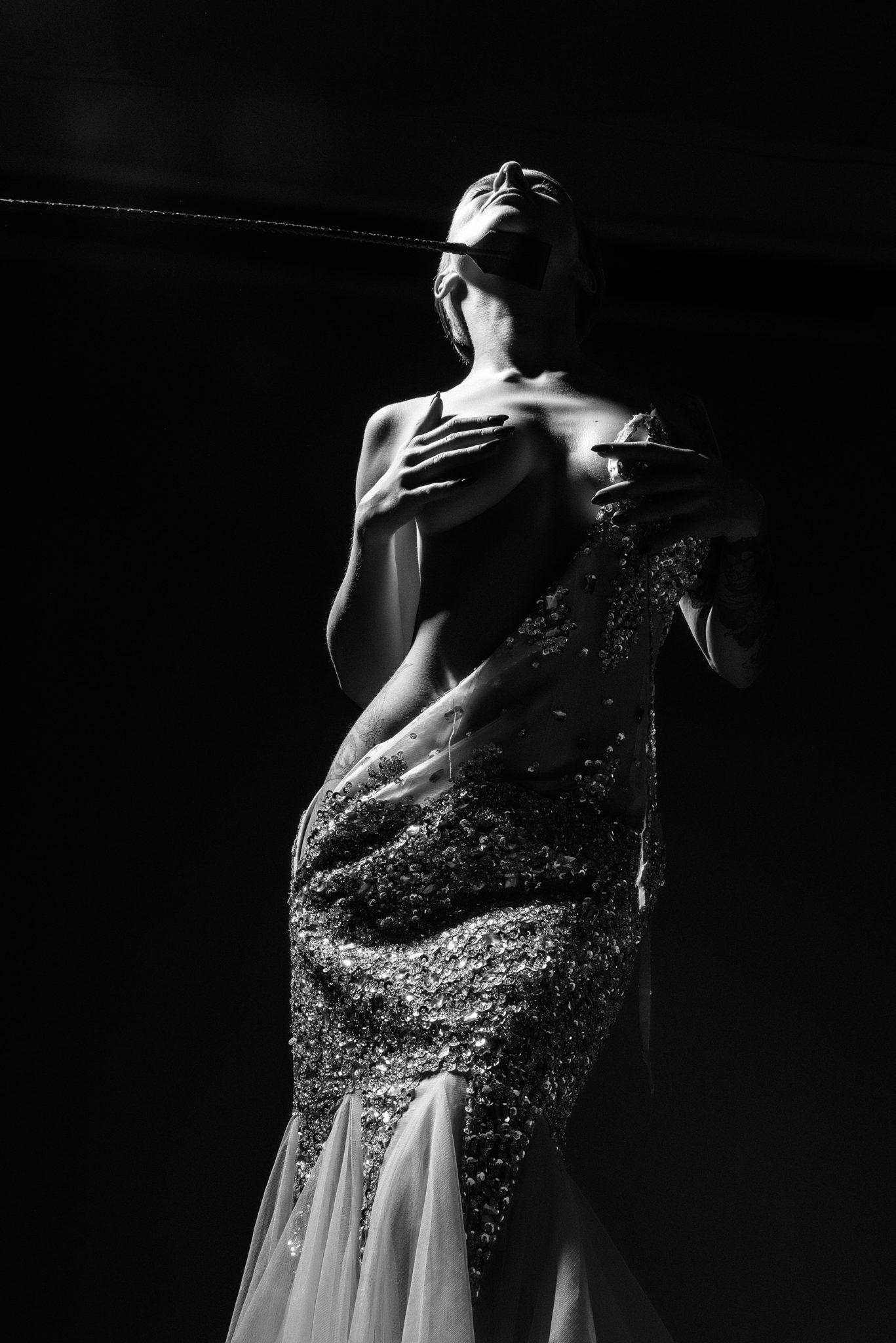 Портфолио ню фотосессии, фотограф Алиса Постниковой, модель Валерия Ионеску, расстегнутом платье прикрывая грудь с хлыстом под подбородком, чб фото