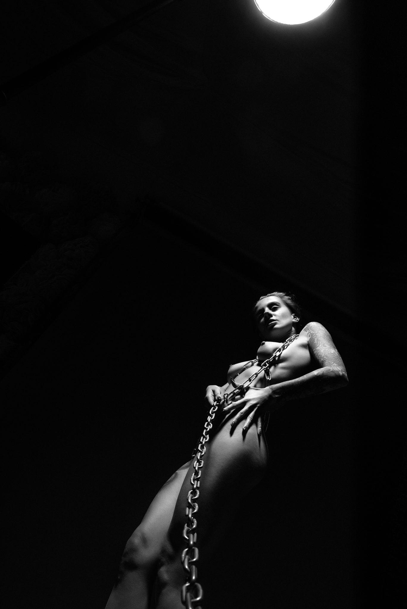 Портфолио ню фотосессии, фотограф Алиса Постниковой, модель Валерия Ионеску, обнаженная тянущая цепь, чб фото