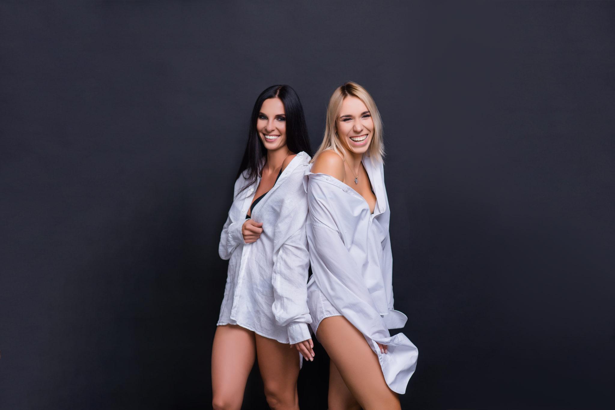 Девичник в студии, 2 девушки на черном фоне в белых рубашках