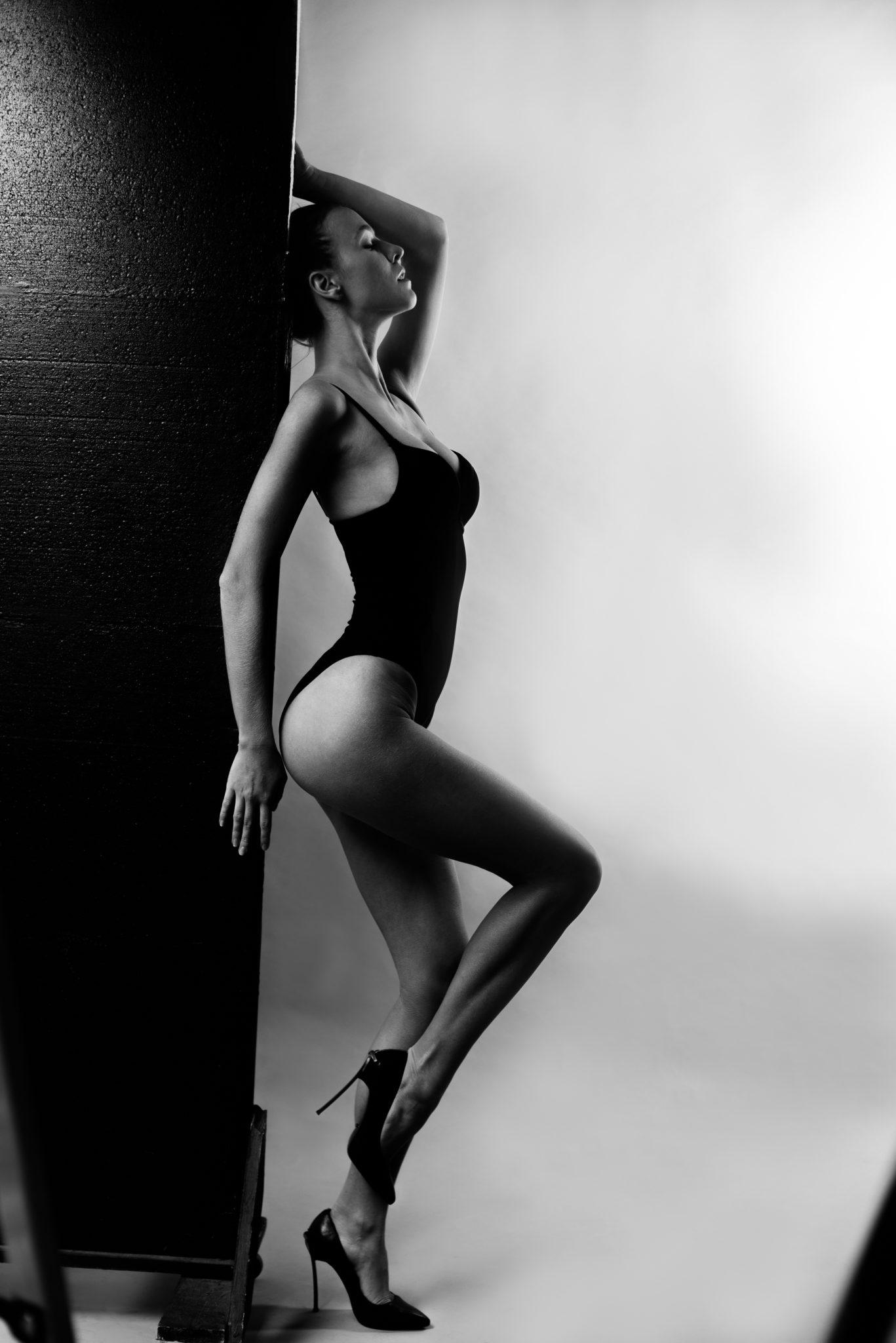 Модельные тесты, чб фото, девушка в черном купальнике на белом фоне