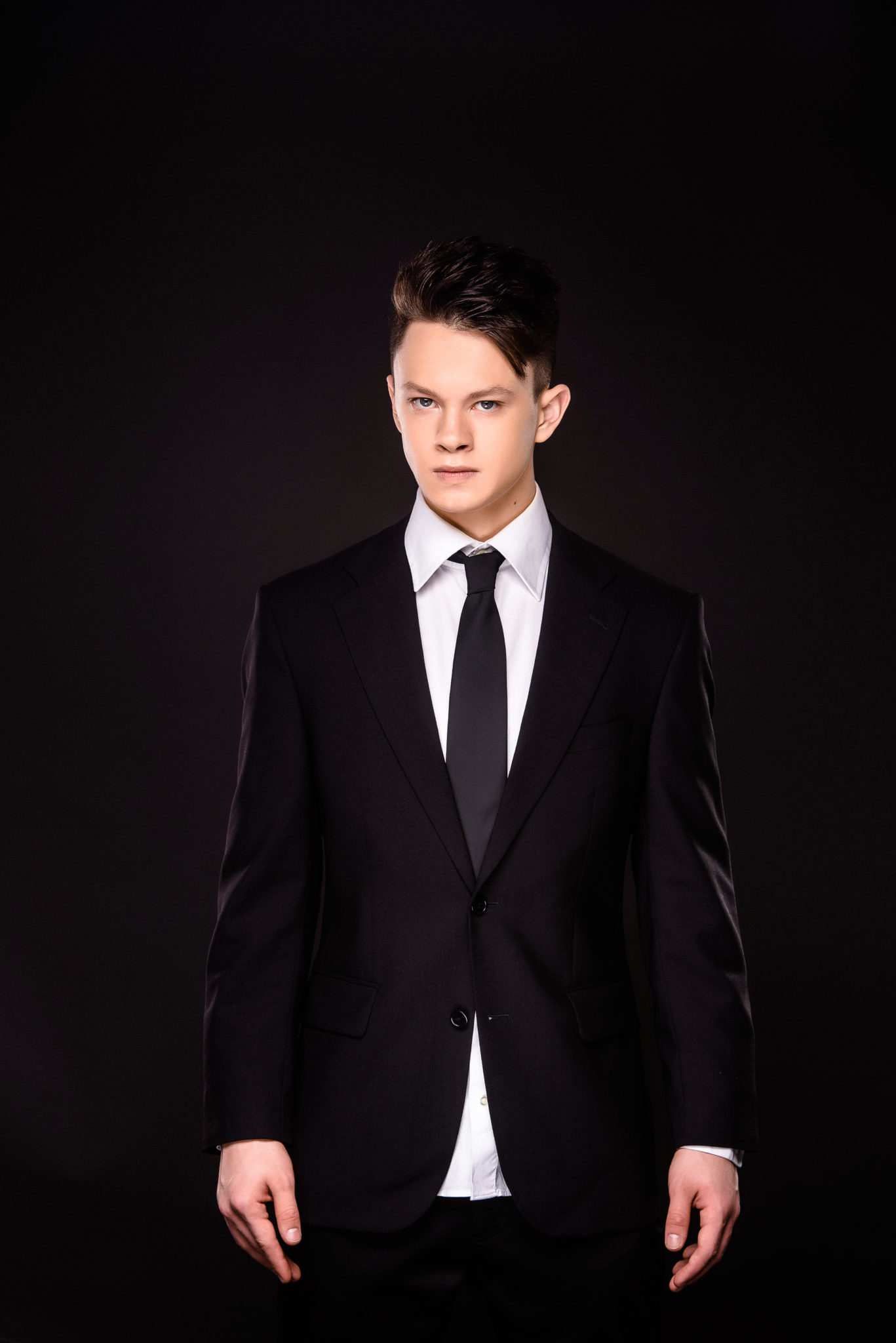 Мужская фотосессия в студии, ph Постникова, парень в костюме и галстуке на черном фоне, цветная фотография