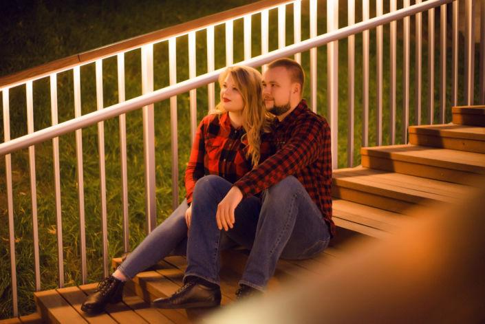 Love story фотосессия, на природе, локация Подол, пара сидит на деревянных ступеньках, ph Постникова Алиса