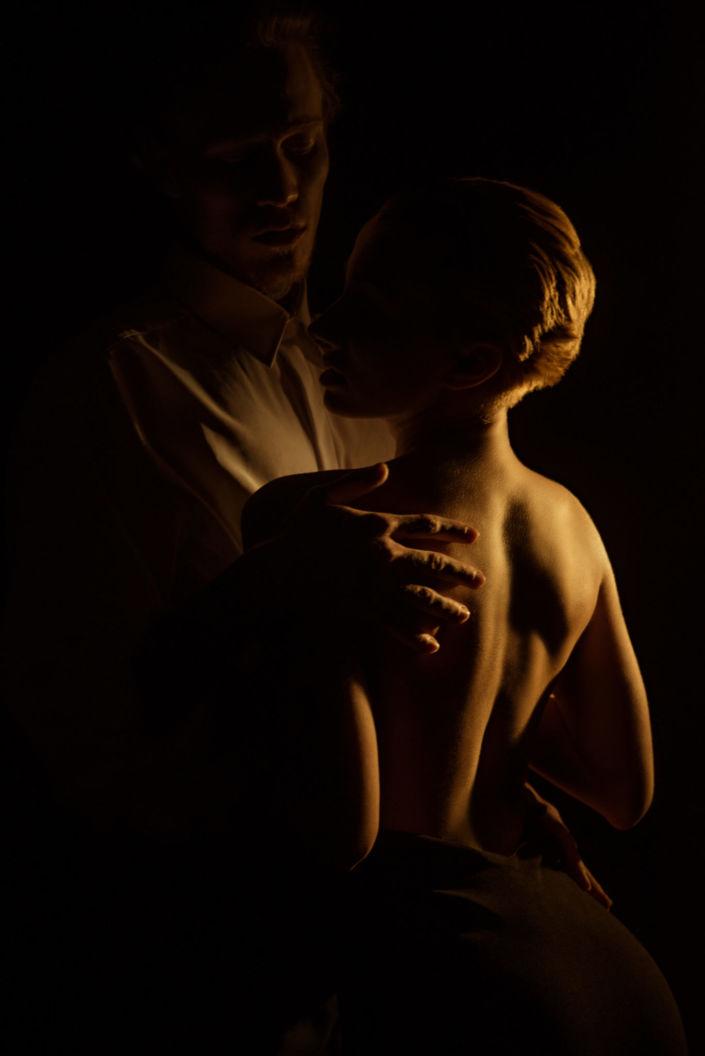 Love story фотосессия, в студии, фото с теплым светом, обнимающаяся пара, девушка с голой спиной