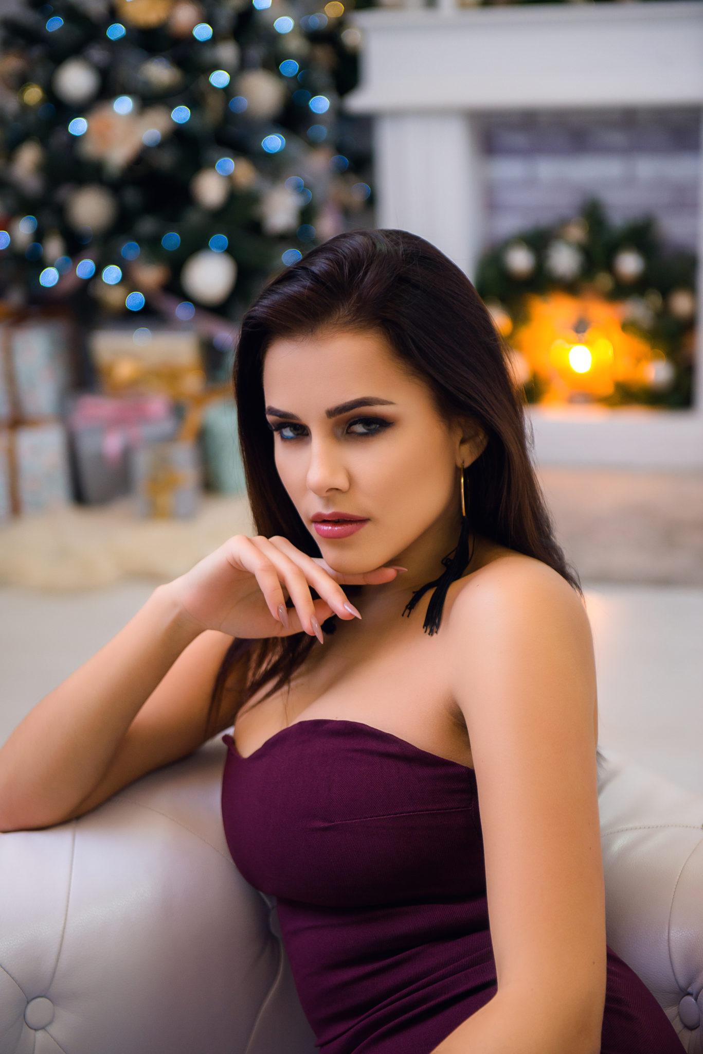 Экспресс фотосессия, фотограф Постникова А., портрет девушки на фоне новогодней елки