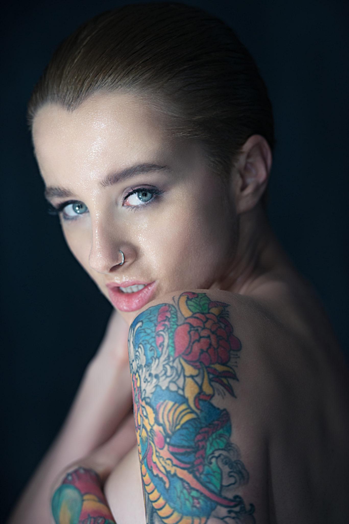 Экспресс фотосессия, портрет, девушка в пол-оборота к фотографу