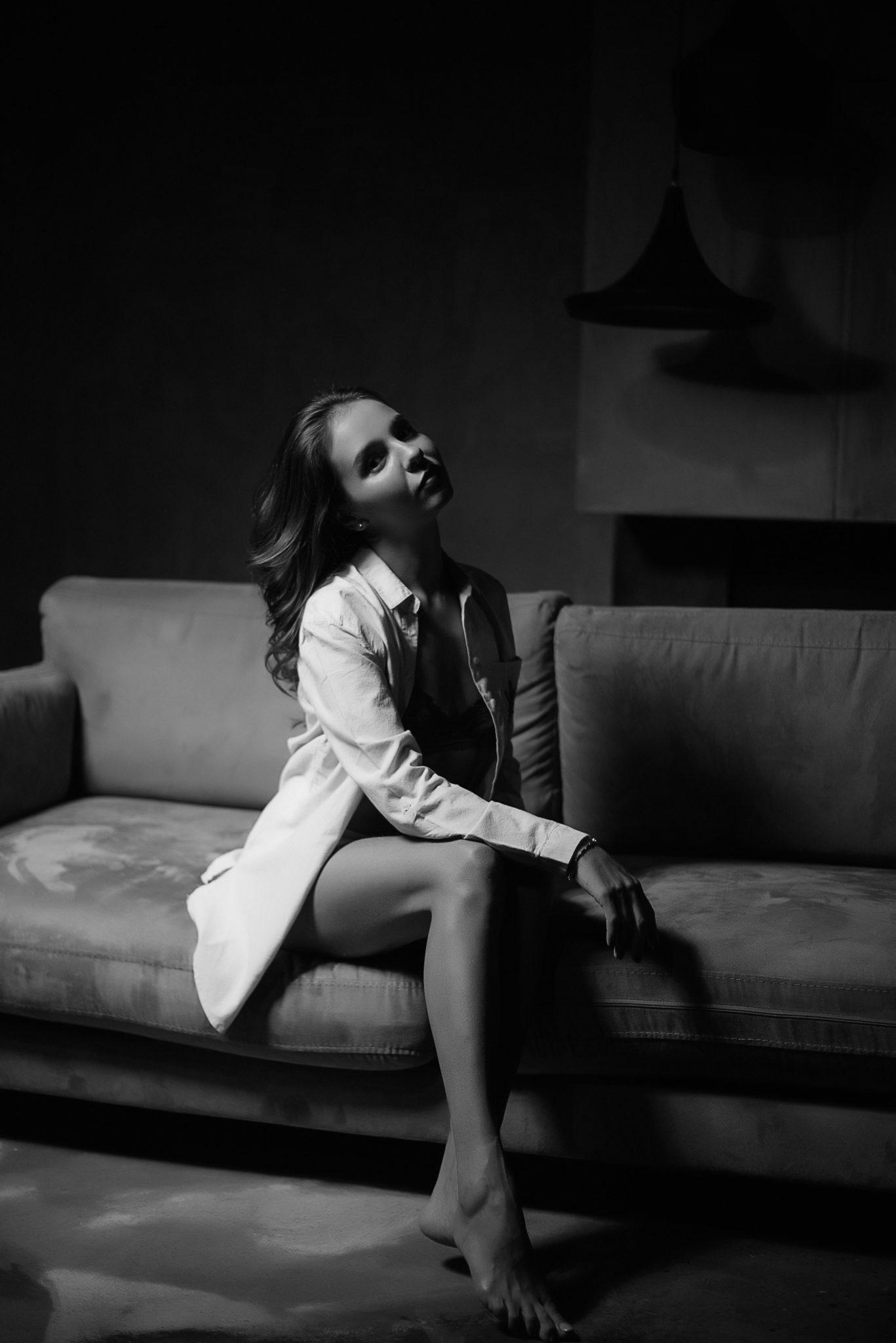 Экспресс фотосессия, девушка в белой рубашке на диване