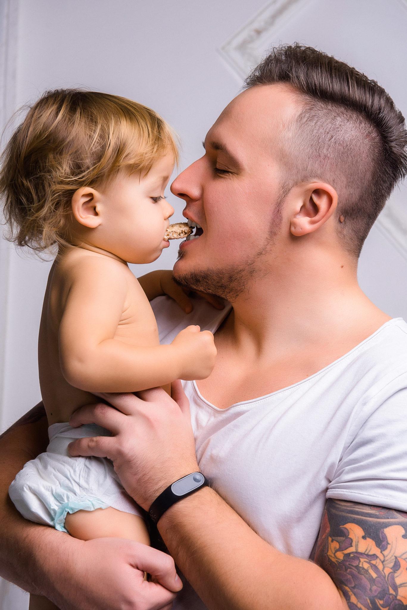 Портфолио студийная семейная фотосессия, папа с маленькой дочкой на руках на белом фоне